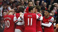 Fotbalisté Arsenalu se radují z jedné z branek Santiho Cazorly proti Fulhamu.