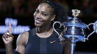 Serena Williamsová s trofejí pro vítězku Australian Open, kde hrála už těhotná.