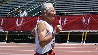 Earl Fee běhá neskutečně dobře i ve věku, kterého se průměrný Čech vůbec nedožije.