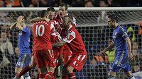 Fotbalisté Queens Park Rangers se radují z branky na Stamford Bridge, stadiónu Chelsea.