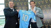 Italský útočník Alessandro del Piero (vpravo) pózuje s dresem FC Sydney.
