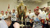 Mistrovský pohár a pardubické oslavy se šampaňským bezprostředně po triumfu v šestém finálovém zápase.