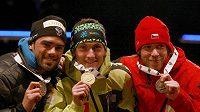 Medailisté z vytrvalostního závodu MS v Ruhpoldingu. Vlevo stříbrný Simon Fourcade z Francie, uprostřed vítěz Jakov Fak ze Slovinska a vpravo Jaroslav Soukup z České republiky