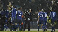 Kouč Chelsea Rafael Benítez gratuluje hráčům Chelsea včetně Petra Čecha k vítězství.