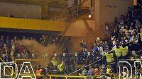Dýmovnice v kotli plzeňských fanoušků při zápase v Litvínově