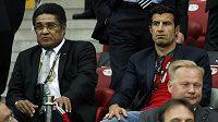 Slavné osobnosti portugalského fotbalu Eusebio (vlevo) a Luis Figo v hledišti při zápase Česka proti Postugalsku