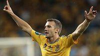 Andrej Ševčenko oslavuje jednu ze svých branek proti Švédsku