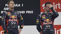 Sebastian Vettel si na pódiu po GP Indie vychutnává německou hymnu, vpravo vedle něj stojí jeho týmový kolega Australan Mark Webber.