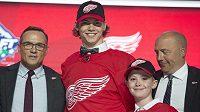 Německý hokejový obránce Moritz Seider podepsal tříletou nováčkovskou smlouvu s Detroitem, který jej draftoval letos v 1. kole