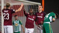 Kehinde Fatai (uprostřed) a David Lafata oslavují gól proti Bohemians s Ladislavem Krejčím.