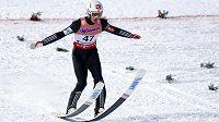 Po polovině mistrovství světa v letech na lyžích v Oberstdorfu vede Nor Daniel-André Tande.