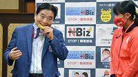 Japonská softbalistka Miu Gotová dostane kvůli obavám z koronaviru novou zlatou medaili z olympiády v Tokiu. Organizátory her požádala o výměnu poté, co do ní při oslavách kousl starosta Nagoji.