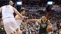 Hvězda Golden State Warriors Stephen Curry (30) proniká ke koši v utkání NBA. Zkouší jej zastavit český hráč Washingtonu Wizards Tomáš Satoranský, vlevo je připravený mu pomoci také Marcin Gortat (13).
