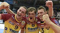 Liberečtí volejbalisté (zleva) Jakub Vencovský, Jakub Janouch a Jan Galabov se radují z mistrovského titulu.