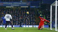 Brankář Chelsea Petr Čech likviduje obrovskou šanci útočníka Evertonu Romela Lukaka.