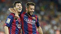 Barcelonský Lionel Messi (vlevo) s Jordim Albou takhle slavili po gólu v nedávném střetnutí proti Elche.