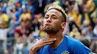 Brazilec Neymar oslavuje svůj gól proti Kostarice.