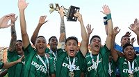Fotbalisté brazilskáho Palmeiras slaví triumf na pražském CEE Cupu.