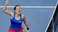 Vítězné gesto Barbory Strýcové po vítězství nad Alize Cornetovou ve finále Fed Cupu.