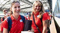 Zuzana Hejnová (vlevo) a trenérka Dana Jandová během odjezdu atletické výpravy na ME do Berlína.