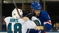 Tvrdost pěstí bijce Dylana McIlratha okusil v NHL mimo jiné i český útočník San Jose Tomáš Hertl.