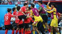 Korejští fotbalisté slaví senzační výhru nad Německem na fotbalovém mistrovství světa.