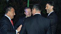 Jaromír Jágr (vpravo) se stal na české ambasádě v Pekingu, kde se konala slavnostní recepce na oslavu výročí 70 let od uzavření česko-čínských diplomatických styků, ambasadorem čínského hokeje. Druhý zleva je český ministr životního prostředí Richard Brabec.