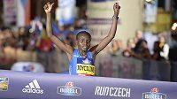 Keňanka Joyciline Jepkosgeiová jako první žena v historii zaběhla 10 kilometrů na silnici pod 30 minut, vyhrála v čase 29:43.