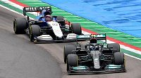 Valtteri Bottas s mercedesem a George Russell na williamsu.