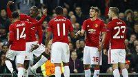 Záložník Manchesteru United Paul Pogba (druhý zleva) slaví se spoluhráči gól.