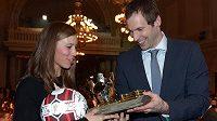 Olympijská vítězka snowboardistka Eva Samková obdivuje cenu pro Fotbalistu roku 2013, kterou získal Petr Čech.
