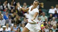 Česká jednička Petra Kvitová během čtvrtfinálového souboje Wimbledonu s dvacátou nasazenou Belgičankou Kirsten Flipkensovou.
