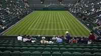 Začátek Wimbledonu provází déšť