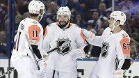 Výběr Pacifické divize vyhrál Utkání hvězd NHL. Na snímku centr Los Angeles Kings Drew Doughty gratuluje Anže Kopitarovi, který je jeho klubovým spoluhráčem. Společnost jim dělá Rickard Rakell z Anaheimu Ducks.