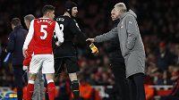 Kouč Arsenalu Arséne Wenger promlouvá k Petru Čechovi během duelu s Leicesterem.