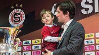 Tomáš Rosický se synem Tomášem během tiskové konference na Spartě, kde oznámil konec hráčské kariéry.