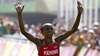 Keňanka Jemima Sumgongová slaví zlato v olympijském maratónu.