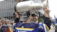 Hokejisté St. Louis Blues Alex Pietrangelo a Pat Maroon slaví s fanoušky zisk Stanley Cupu.