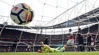 Gólman West Hama Joe Hart bezmocně sleduje míč ve své brance v utkání s Arsenalem.