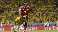 Kolumbijec Juan Camilo Zuňiga takhle v závěru čtvrtfinále atakoval Brazilce Neymara.