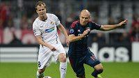Obránce Plzně David Limberský (vlevo) a Arjen Robben z Bayernu Mnichov v utkání základní skupiny Ligy mistrů.