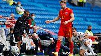 Kouč Albánie Edoardo Reja (druhý zleva) a jeho svěřenec Bekim Balaj (vpravo) reagují po střetu s fotbalistou Walesu Rhysem Norringtonem-Daviesem (vpředu).