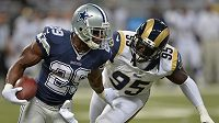 William Hayes z týmu St. Louis Rams (vpravo) atakuje DeMarka Murrayho z Dallas Cowboys