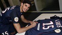 Goncalo Guedes se podepisuje na dres PSG.