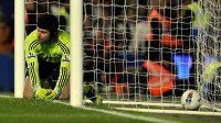 Zklamání! Brankář Petr Čech právě podruhé inkasoval a Chelsea doma prohrála s Newcastlem 0:2.