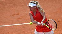 Caroline Wozniacká z Dánska v utkání proti Jeleně Ostapenkové z Lotyšska.