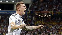 Němcký reprezentant Toni Kroos slaví vítězný gól proti Švédům.