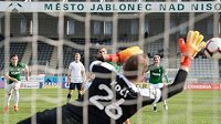 Michal Trávník z Jablonce proměňuje nařízenou penaltu během utkání s Příbramí.