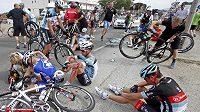 Hromadný pád v závěru úvodní etapy Tour de France.