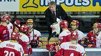 Trenér Slavie Dušan Gregor udílí hráčům pokyny ve třetí třetině zápasu s Litvínovem.